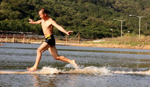 Šis Šaoliņas mūks praktizē skriešanu pa ūdens virsmu jau 10 gadus!