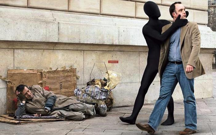 Viņi nepiedāvāja palīdzību saskranduša izskata vīrietiem, bet jau mirkli vēlāk to nožēloja…