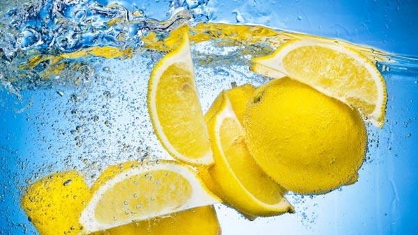 Neticami iemesli, lai sāktu savu dienu ar ūdeni un citronu – nenožēlosi