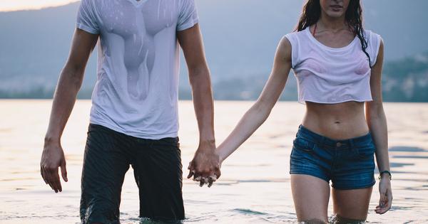 young-couple-soaked-shirts-lake-850x400