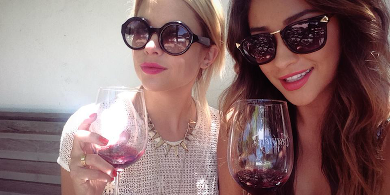 there-are-2-types-of-women-red-wine-drinkers-and-white-wine-drinkers